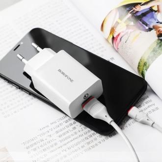 Baltas buitinis įkroviklis Borofone BA21A su dviem USB jungtimis + microUSB QC3.0 (3A)